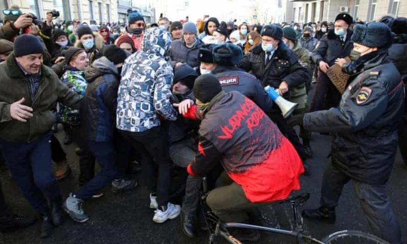 Tens of Thousands Protest in Russia Calling for Navalny