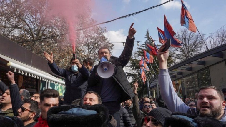 Armenia's Military Leadership, Civilian Opposition Move to Oust Pashinian's Government